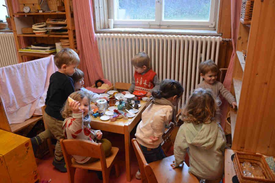 kinder spielen am tisch in der spielgruppe in stuttgart.