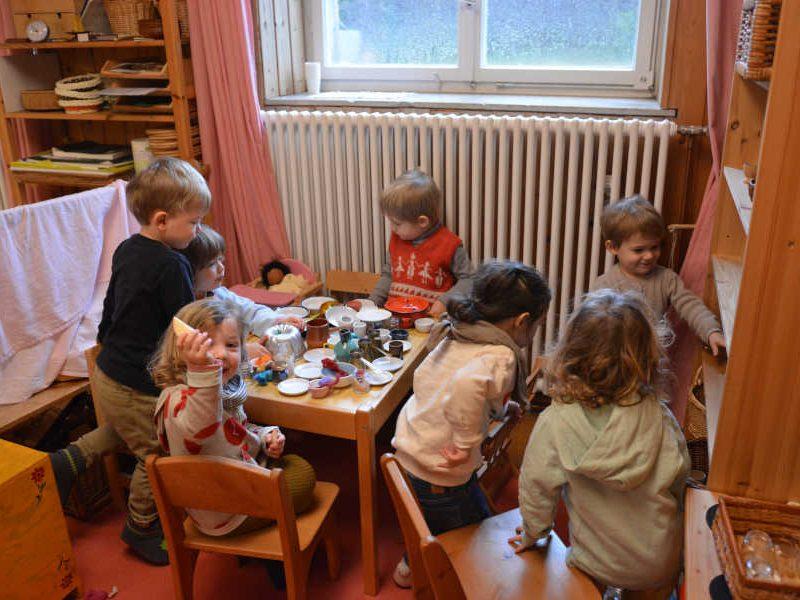 spielende kinder am kinder essenstisch